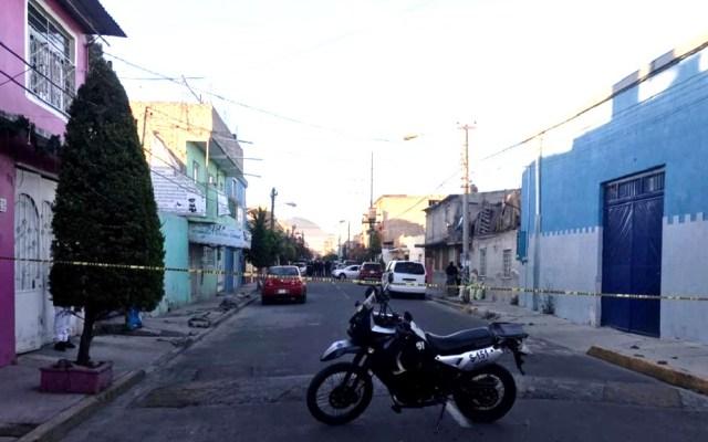 Asesinan a balazos a custodio del Reclusorio Oriente en Neza - Calle acordonada donde hallaron el cadáver de custodio en Neza. Foto Especial