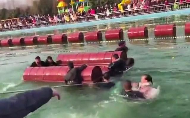 #Video Se hunden más de 10 turistas en atracción acuática en China - Foto de Pear Video