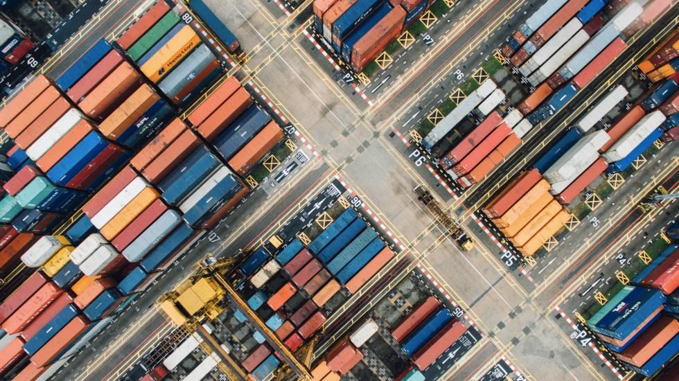 Inaceptables las negociaciones sobre el T-MEC, alega CCE - Foto ilustrativa de contenedores de mercancía. Foto de Chuttersnap para Unsplash