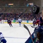 #Video Comentarista se salva de ser golpeado por disco de hockey - Captura de pantalla
