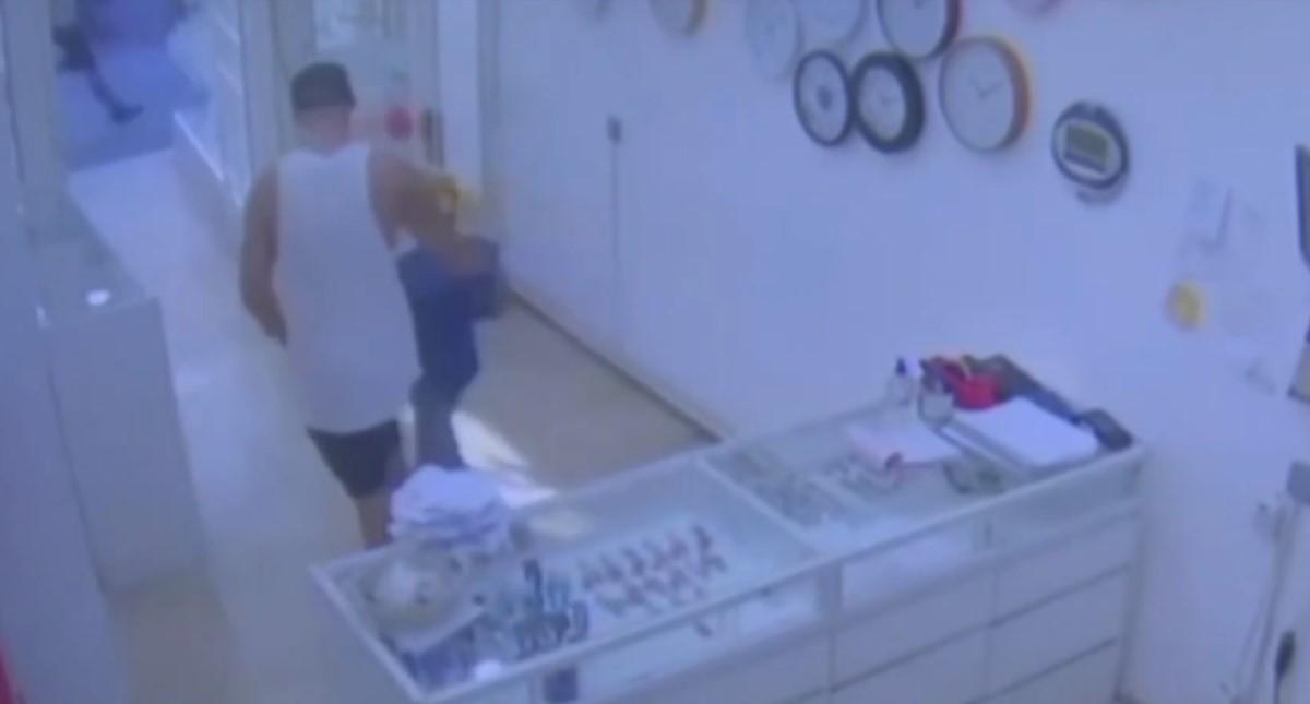 Dueño de joyería sacando al niño. Captura de pantalla
