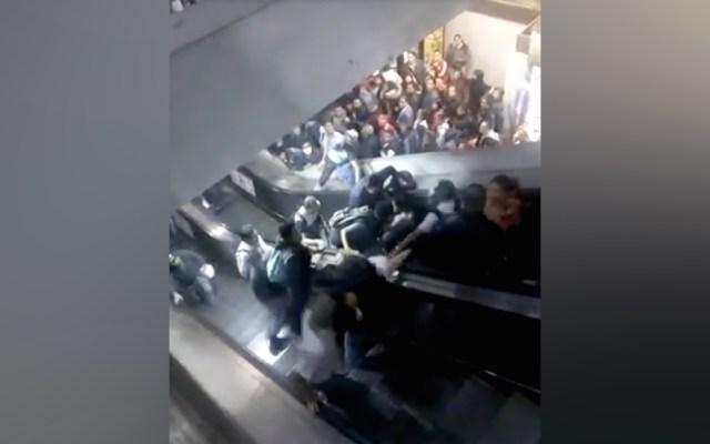 #Video Accidente en las escaleras eléctricas del Metro Tacubaya - Captura de Pantalla