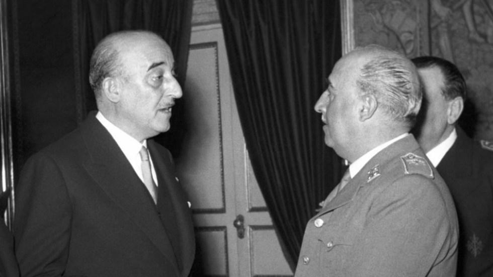 FC Barcelona retira las distinciones a Francisco Franco - Franco con el presidente del Barcelona, Enric Martí Carreto. Foto de EFE