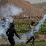 Soldados israelíes han matado a 40 niños palestinos en Gaza: ONU - Un manifestante palestino usa una honda para lanzar un bote de gas lacrimógeno a las fuerzas israelíes en Gaza. Said Khatib/AFP