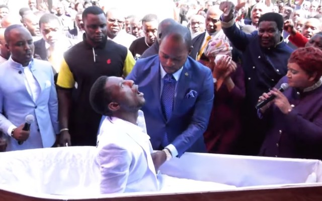 #Video Pastor atrae burlas por 'resucitar' a hombre en Sudáfrica - Hombre resucitado. Captura de pantalla