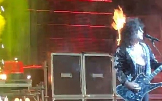 #Video Pelo de guitarrista se incendia durante concierto - Incendio del cabello de guitarrista. Captura de pantalla