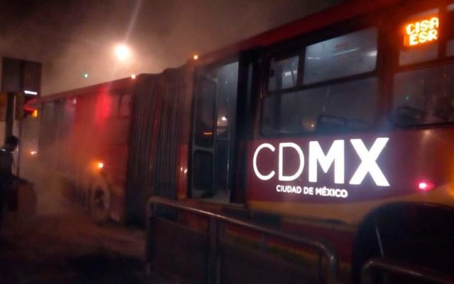 Se incendia Metrobús en Insurgentes Norte - Foto de @LuzydelAire