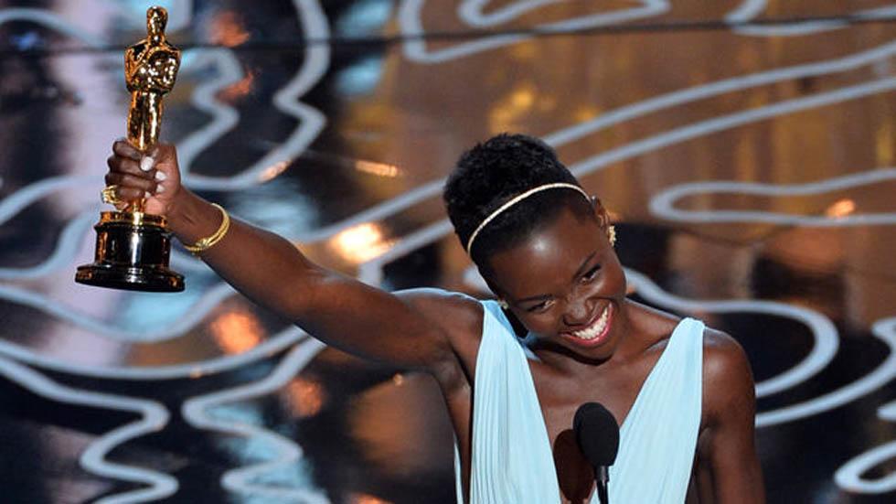 Lupita Nyong'o al recibir un Premio Oscar. Foto de AFP