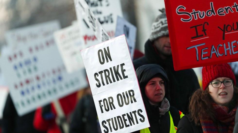 Se van a huelga maestros de Denver para exigir mejor paga - Foto de AP