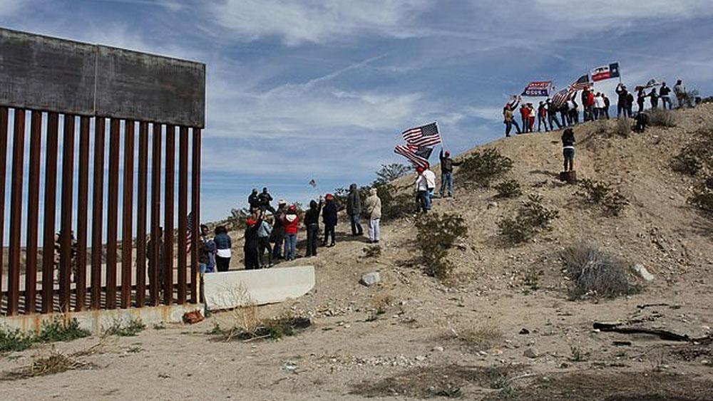 Simpatizantes de Trump realizan 'muro humano' en frontera con México - Foto de AFP