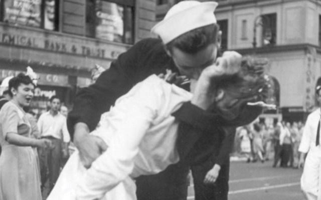 Muere marino que protagonizó icónica imagen del fin de la Segunda Guerra Mundial