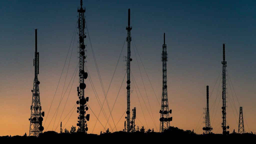 Moody's empeora perspectiva del sector de telecomunicaciones en Latinoamérica - Fotografía de antenas. Foto de unsplash.com