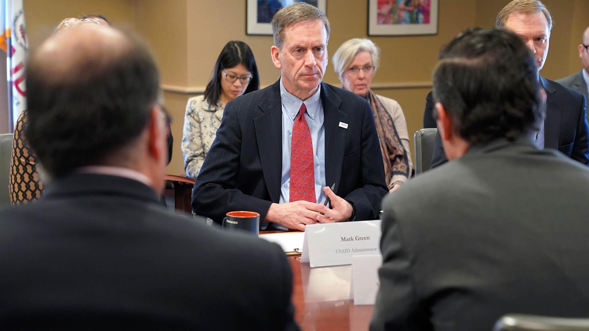 Mark Green, titular de USAID en reunión para gestionar ayuda humanitaria a Venezuela. Foto de @USAIDMarkGreen