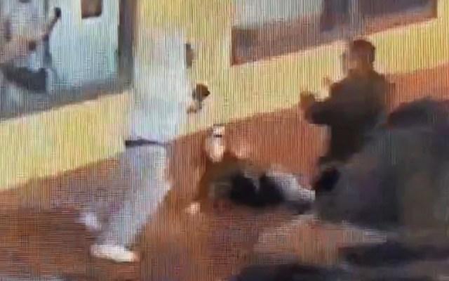 #Video Valet parking frustra asalto a mujer en Los Ángeles - Momento en que empleado de valet parking amedrenta a asaltante. Captura de pantalla