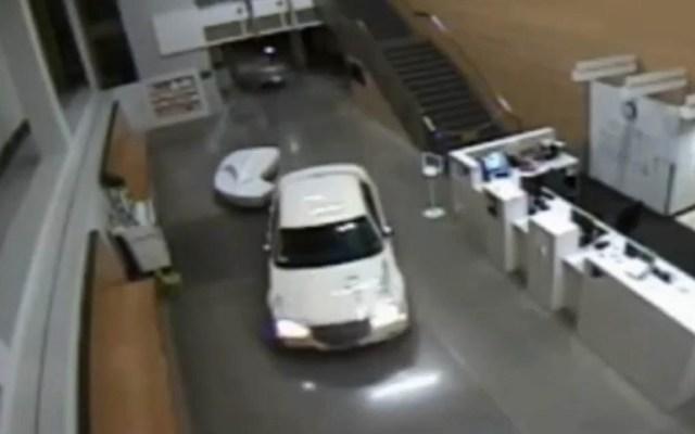 #Video Mujer choca contra estación policial con su bebé en el auto - Mujer al interior de estación policial de Los Ángeles. Captura de pantalla