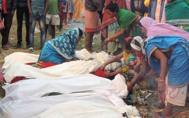 Asciende a 150 número de muertos por alcohol adulterado en India - Mujeres preparando a los difuntos para el entierro. Foto de AFP / Biju Boro