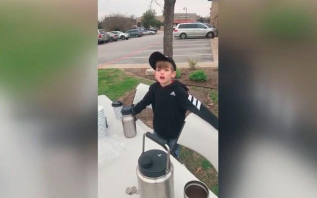 Niño recauda 5 mil dólares para muro tras vender chocolate caliente - Niño vendiendo chocolate caliente para el muro de Donald Trump. Captura de pantalla