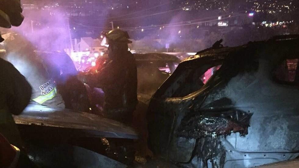 Incendio consume vehículos en estacionamiento de San Pedro, Nuevo León - Foto de Protección Civil Nuevo León