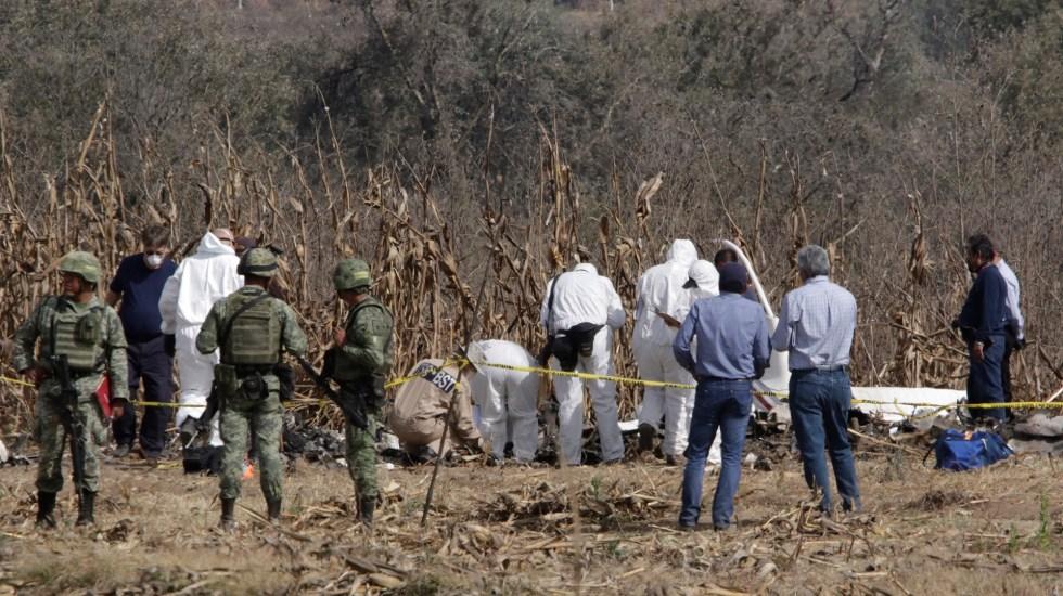 SCT entregará informe detallado sobre caída de helicóptero en Puebla - Peritos en zona donde cayó el helicóptero en el que viajaban Martha Erika Alonso, Rafael Moreno Valle y tres hombres más. Foto de Notimex