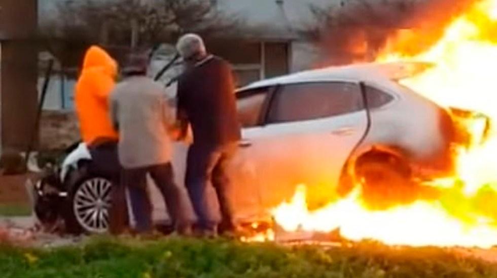 #Video Hombres rescatan a mujer de auto en llamas - Captura de pantalla