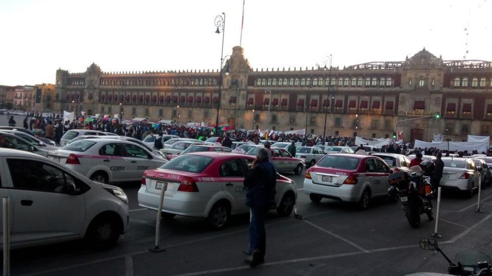 Protestan taxistas en el Zócalo - Foto de @grawperez