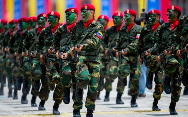 EE.UU. eximiría de sanciones a militares que reconozcan a Guaidó - Foto de BBC
