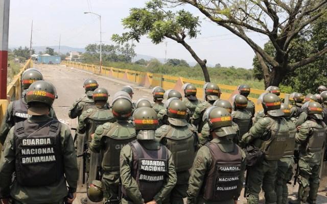 """""""Venezuela podría convertirse en la Libia del Caribe"""": WP - Soldados venezolanos en el Puente Internacional Simón Bolívar en Táchira, Venezuela. Foto de @ceofanb"""