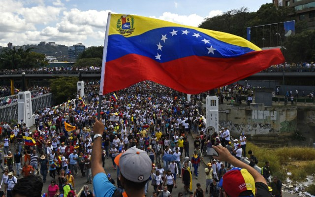 Guaidó anuncia movilización en Venezuela en ofensiva contra Maduro - Foto de AFP