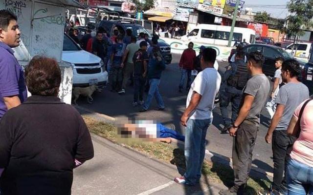 Balacera en Iztapalapa deja dos muertos y seis heridos - Víctima de balacera en Iztapalapa. Foto de @LaNotaEnCorto