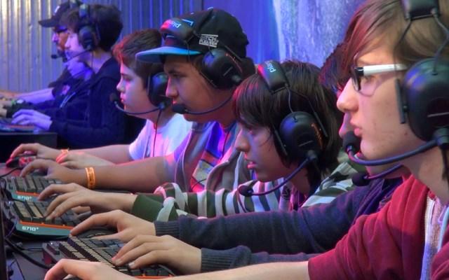 Videojuegos violentos no generan conductas agresivas en adolescentes - Foto de Video Blocks