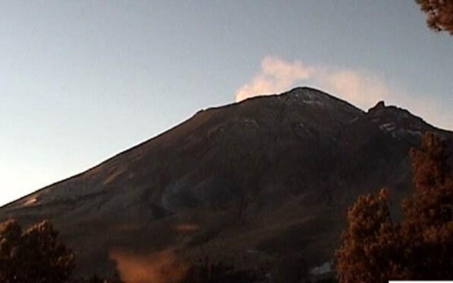 #Video La intensa actividad del Popocatépetl durante la madrugada - Volcán Popocatépetl tras emisión de material incandescente. Foto de Cenapred