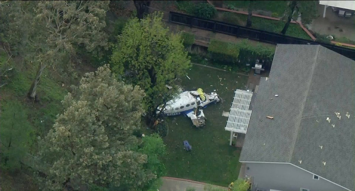 Cae avioneta en vecindario de California; se incendian 2 casas