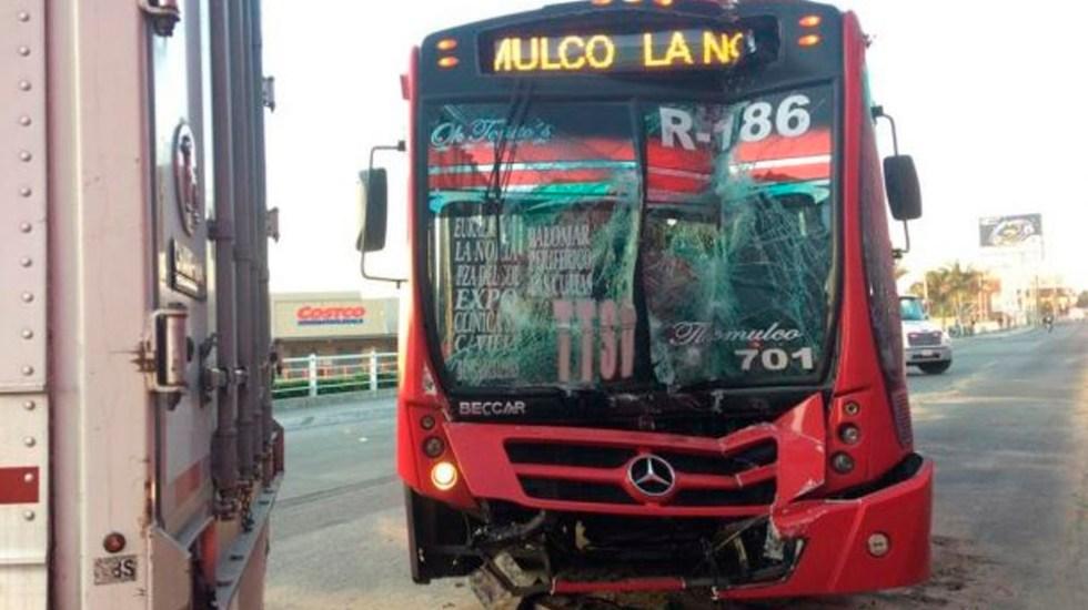 Choque entre camión y tráiler deja al menos 14 heridos en Jalisco - Foto de Notisistema