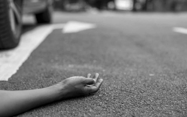 Caminar en sentido contrario a los vehículos previene muertes de peatones - Foto de rawpixel @rawpixel