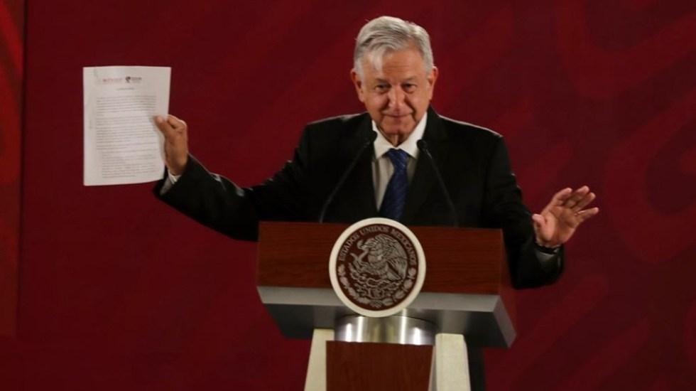 AMLO firma compromiso de no reelección - AMLO con su compromiso de no reelección. Foto de @JesusRCuevas