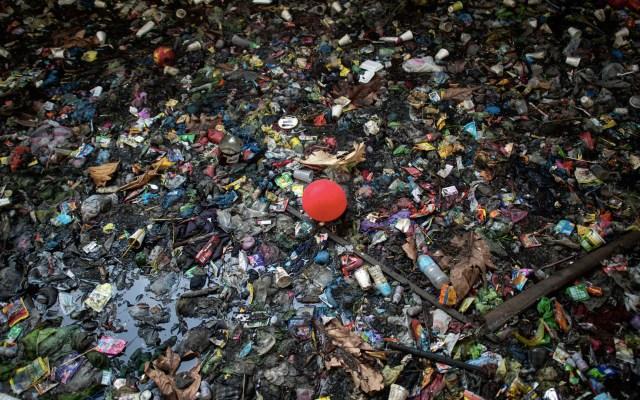 Basura se acumula en cuerpo de agua de Manila, Filipinas - Plástico y basura en la superficie del agua en un canal en el Estero de San Lázaro en Manila, Filipinas. Foto de Noel Celis/AFP