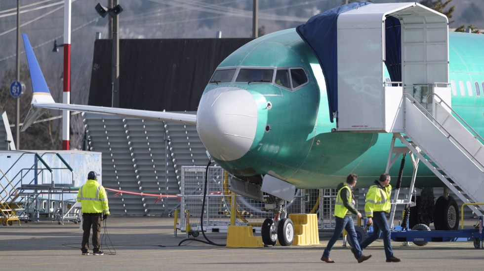 Boeing suspende entrega de sus 737 MAX, pero sigue producción - Un Boeing 737 MAX 8 aparece afuera de una fábrica el 11 de marzo de 2019 en Renton, Washington. Foto de Stephen Brashear/Getty Images/AFP
