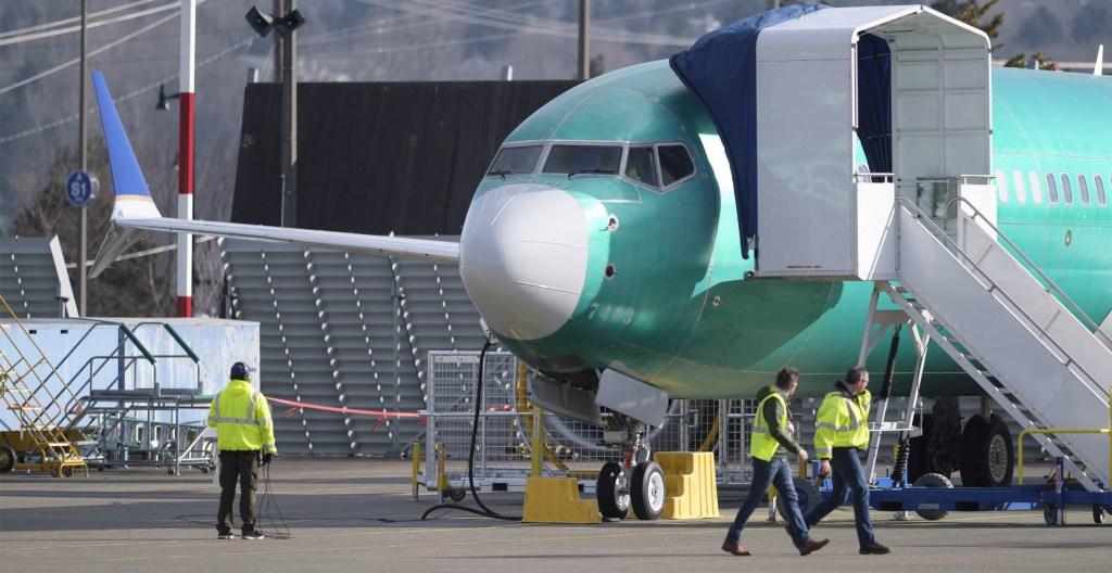 Boeing admite errores en sistemas de alerta del 737 MAX - Un Boeing 737 MAX 8 aparece afuera de una fábrica el 11 de marzo de 2019 en Renton, Washington. Foto de Stephen Brashear/Getty Images/AFP