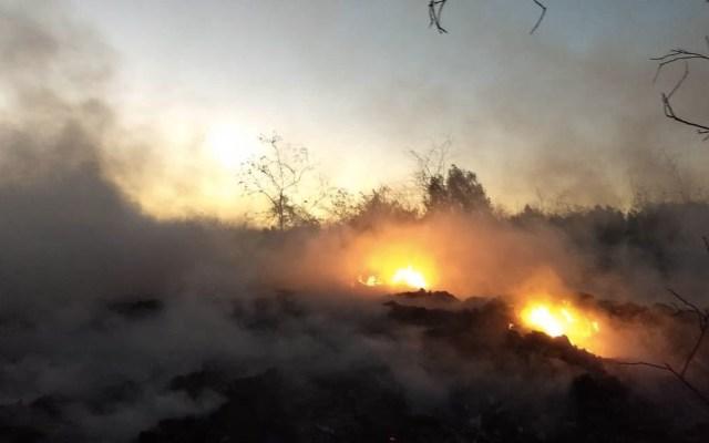 Bomberos combaten incendio en pastizales de Nezahualcóyotl - Foto de @seguridadneza