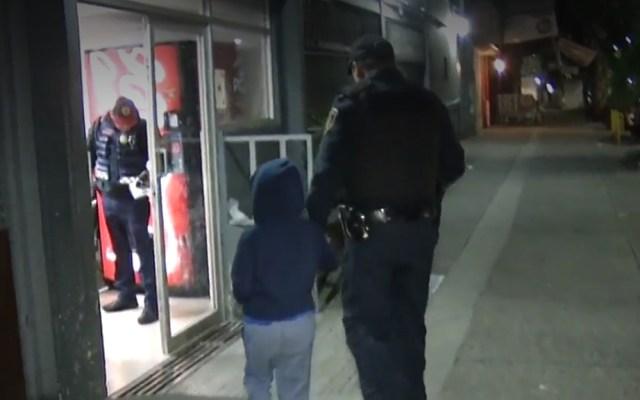 Regresan a niño abandonado en Periférico Sur a sus familiares - Bruno siendo ingresado a la Fiscalía para la Atención de Niños y Adolescentes. Captura de pantalla