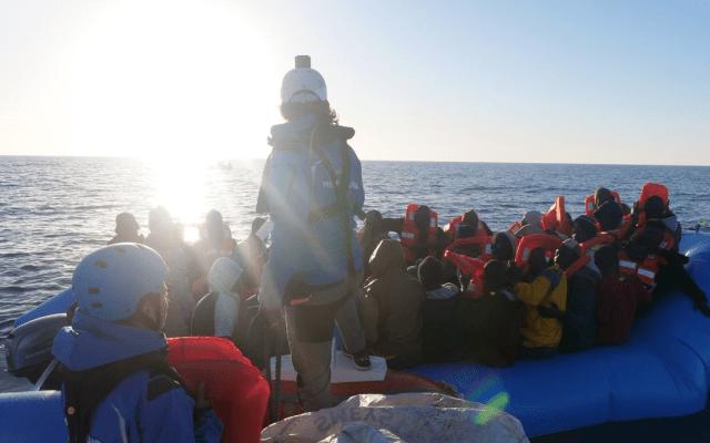 #Video Buque italiano rescata a 49 migrantes en costas de Libia - Foto de @RescueMed
