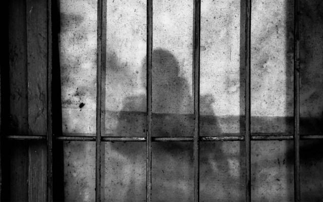 Condenan a 40 años a madre que obligaba a hijos a prostituirse - Imagen ilustrativa de una celda. Foto de Ye Jinghan para Unsplash