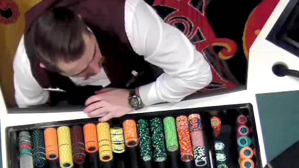#Video Empleado de casino intenta robar ficha de 5 mil dólares - Momento en que empleado de casino intenta robarse una ficha. Foto de Daily Telegraph