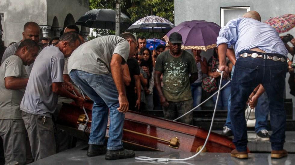 Despiden con funeral colectivo a víctimas de tiroteo en Brasil - Familiares entierran los restos de Kaio Lucas da Costa Limeira, una de las víctimas del tiroteo en el colegio público Raul Brasil en el que murieron diez personas, incluidos los dos tiradores, en Suzano, región metropolitana de Sao Paulo, Brasil, el 14 de marzo de 2019. Foto de Miguel SCHINCARIOL/AFP