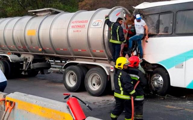 Choque de autobús y pipa deja 37 heridos en la México-Puebla - Foto de @elsolde_mexico