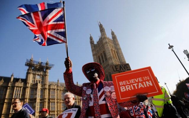 Gobierno británico volverá a presentar acuerdo de Brexit al Parlamento - Activistas pro-Brexit. Foto de AFP / Tolga Akmen