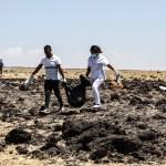 """Etiopía advierte """"semejanzas claras"""" entre accidentes del Boeing 737 MAX 8 - Equipos de rescate levantan cuerpos tras accidente"""