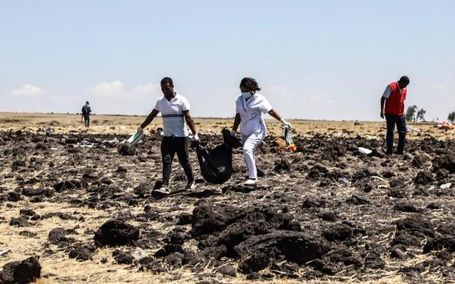 """Avión accidentado en Etiopía """"tenía humo"""" antes de estrellarse: Testigo - Equipos de rescate levantan cuerpos tras accidente"""