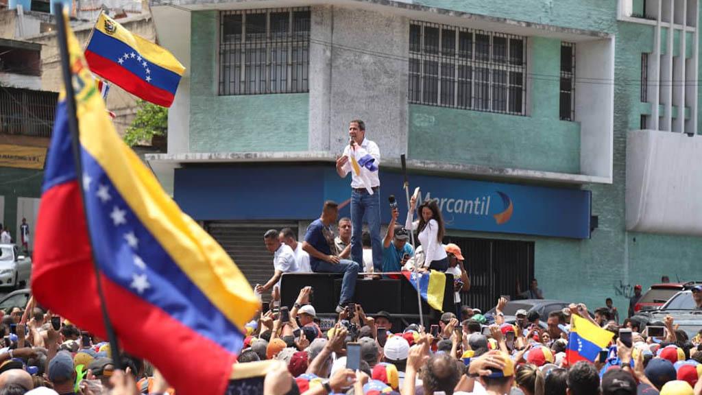 Rosana canta con Juan Guaidó en las calles de Venezuela