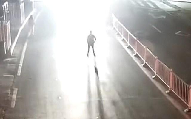 #Video Hombre ebrio pone a prueba el amor de su esposa y es atropellado - Captura de pantalla